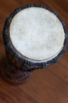 Spitze des djembe-musikinstruments auf braunem holzboden