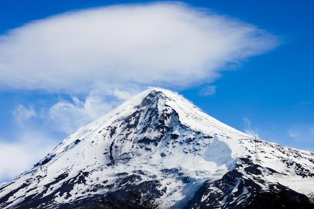 Spitze des lanin-vulkans vom tromen-see in neuquen, argentinien. dieser vulkan ist von ewigem schnee bedeckt