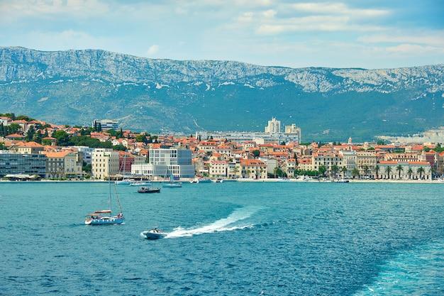 Split city harbour vom oberdeck der großen seefähre. meer, passagierschiffe, schiffe, historische häuser.