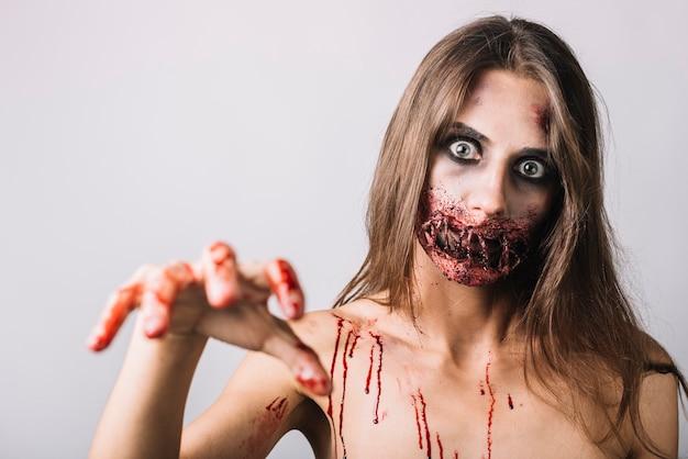 Spooky frau, die kamera erschreckt