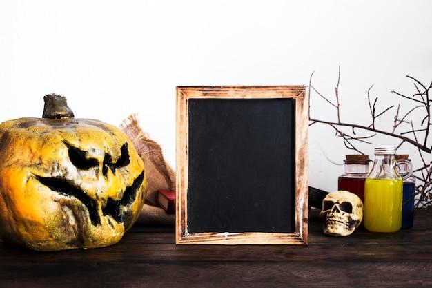Spooky halloween-dekorationen auf dem tisch