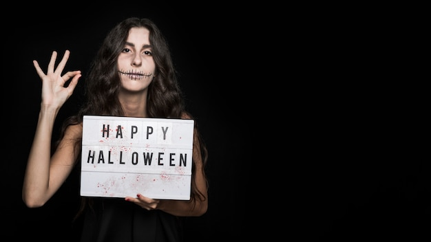Spooky junge frau mit schild