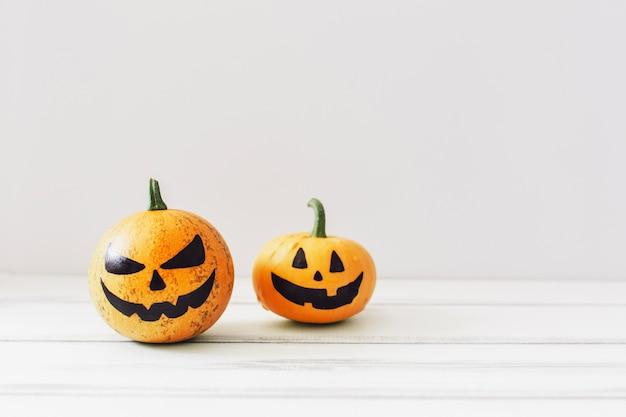 Spooky kürbisse auf weißem hintergrund