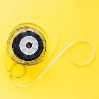 Spool mit filmstreifen auf gelb