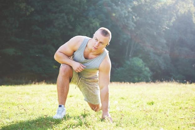 Sport, bewegung, fitness, training. gesunder lebensstil. sonnenaufgang am frühen morgen von hinten beleuchtet.