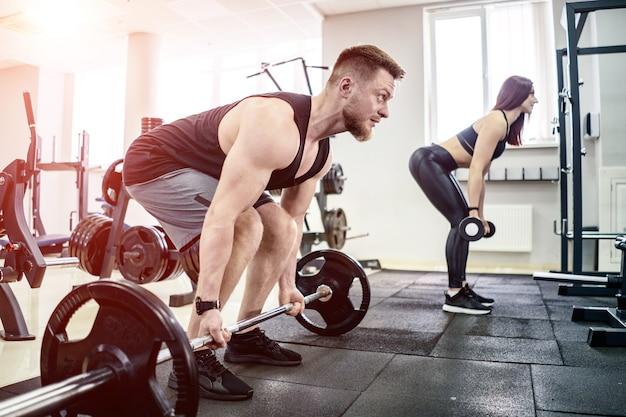 Sport, bodybuilding, lifestyle und menschenkonzept