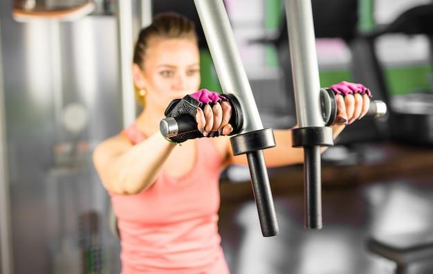 Sport, bodybuilding, training - frau im fitnessstudio