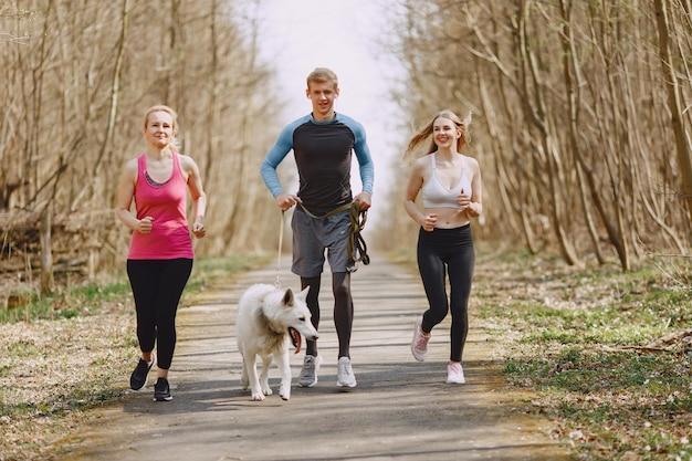 Sport familientraining in einem sommerwald
