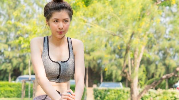 Sport gesund fit und fest schlank jugendlich mädchen fühlen müde erschöpfung unwohl krank