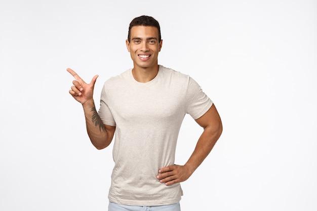 Sport, gesunde menschen und movember-konzept. hübscher lächelnder hispanischer kerl