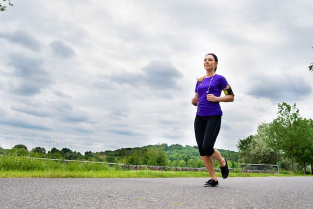 Sport im freien - junge frau, die in park läuft