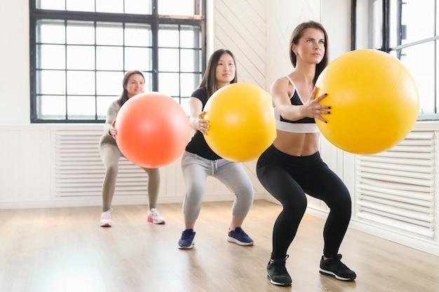 Sport indoor, fitness im fitnessstudio, fitness im fitnessstudio