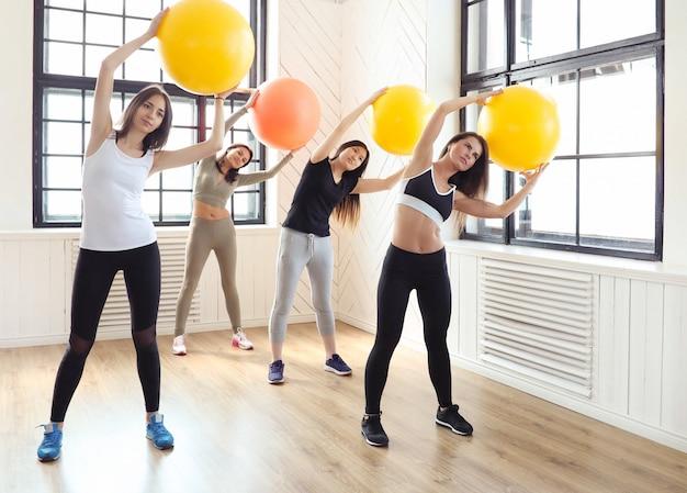 Sport indoor, fitness im fitnessstudio