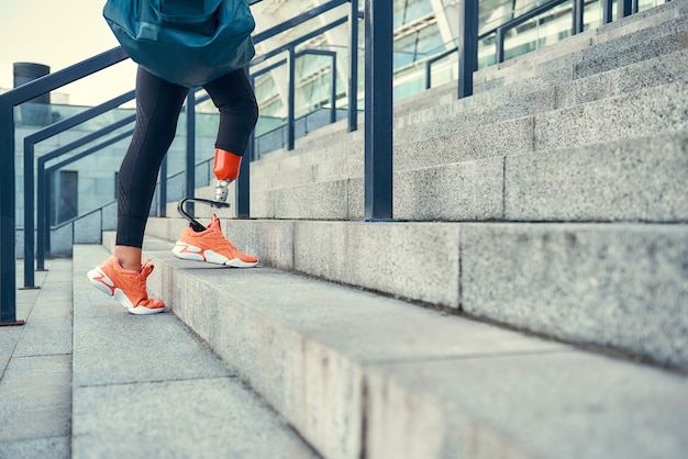 Sport ist meine lebensweise ausgeschnittenes foto einer frau mit beinprothese im sport
