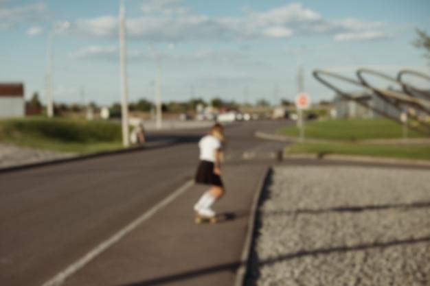 Sport-, lifestyle-, extreme- und people-konzept - schöne mädchentattoos, die bei sonnigem wetter longboard auf der straße in der stadt reiten. porträthippiemädchen, das mit einem longboard bei sonnenuntergang lächelt.