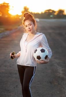 Sport mädchen in mode sportbekleidung