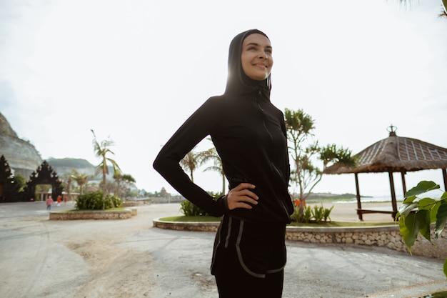Sport muslimische frau lächelnd