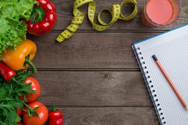 Sport- und diätgemüse und zentimeterpaprika-tomatensalat auf rustikalem hintergrund