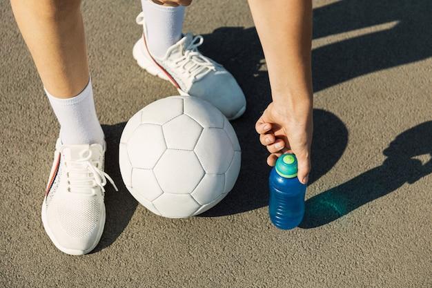 Sport- und fitnesskonzept fröhlicher junge teenager im weißen t-shirt beim training auf dem sportplatz