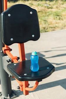 Sport- und fitnesskonzept. training auf dem sportplatz trinkwasser aus der thermosflasche.