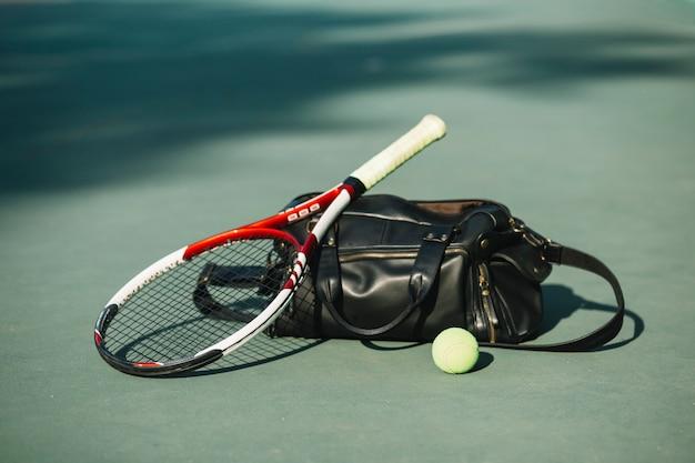 Sportausrüstung auf dem tennisplatz