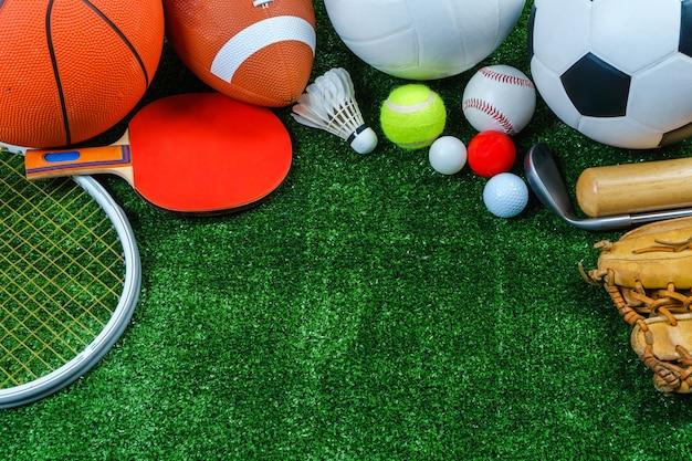 Sportausrüstung auf grünem gras, draufsicht