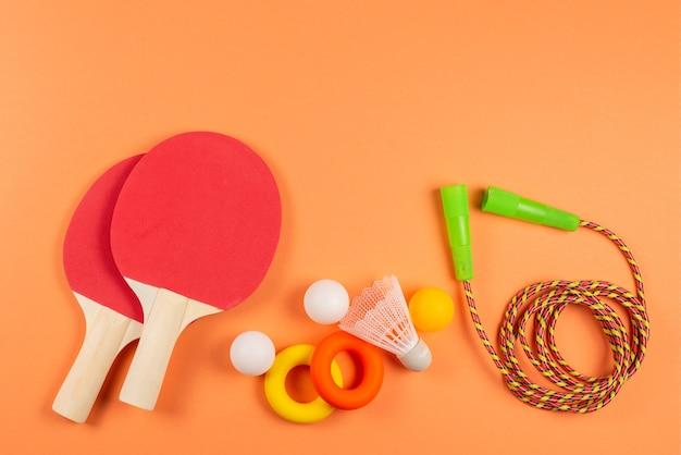 Sportausrüstung auf orange hintergrund