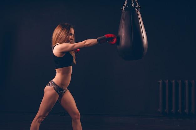 Sportausrüstung des mädchens hat eine hand, einen boxhandschuh, mit freitextraum zu tragen