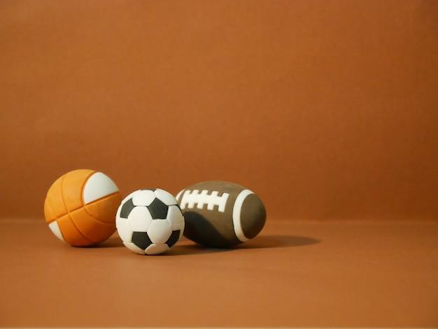 Sportausrüstung einschließlich eines amerikanischen fußballs, eines fußballs und eines basketballs