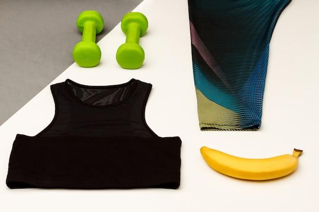 Sportausrüstung isoliert auf grauer und weißer oberfläche