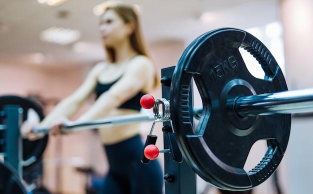 Sportausrüstung langhantel von fünfzehn kilogramm gewicht im fitnessstudio