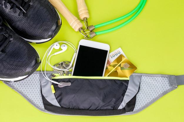 Sportausrüstung mit sportschuhen und springseil