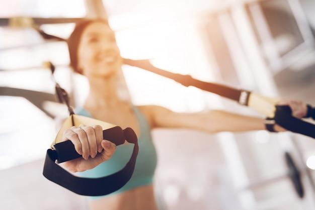 Sportausrüstung und training im fitnessstudio.
