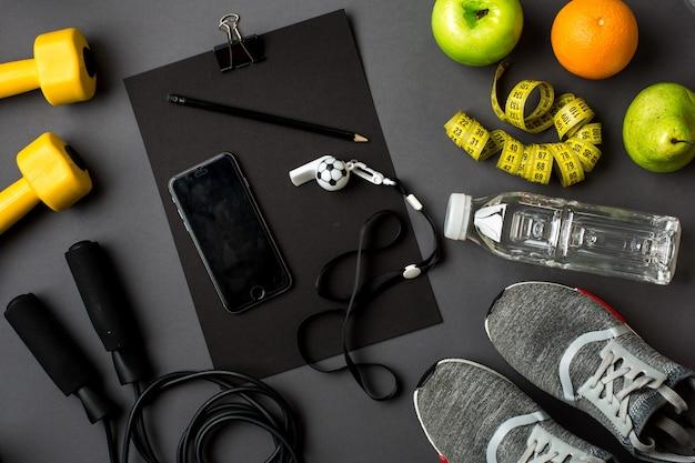 Sportausrüstung und verschleiß auf grauer tischplattenansicht