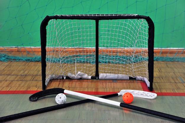 Sportausrüstung zum spielen in florida. bälle mit stöcken und toren für unihockey