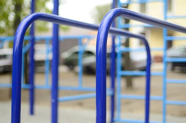 Sportbars im blau auf dem hintergrund eines straßensportplatzes