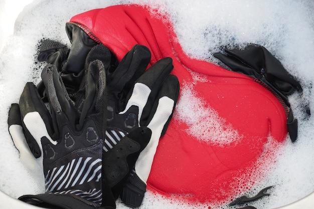 Sportbekleidung zum radfahren in der spüle zum händewaschen