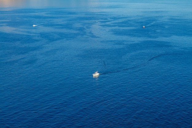 Sportboote sind auf dem meerblick von oben das konzept der unterhaltung
