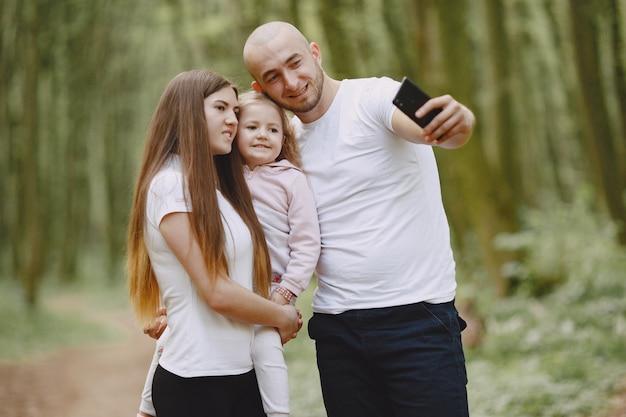 Sportfamilie in einem sommerwald