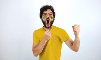 Sportfan mit der Brasilien-Flagge ist auf seinem Gesicht, das den Triumph seiner Mannschaft feiert