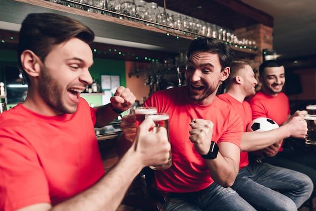 Sportfans, die ziel für ihre mannschaft feiern