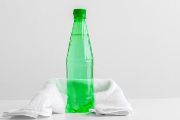 Sportflasche mit handtuch auf licht