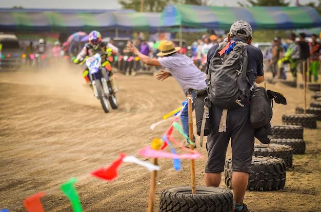 Sportfotografen drehen ein motocross-rennen auf einer rennstrecke.