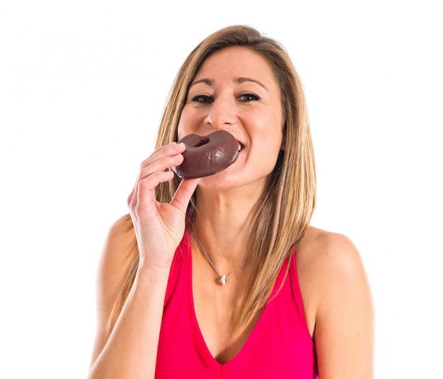 Sportfrau, die einen donut isst