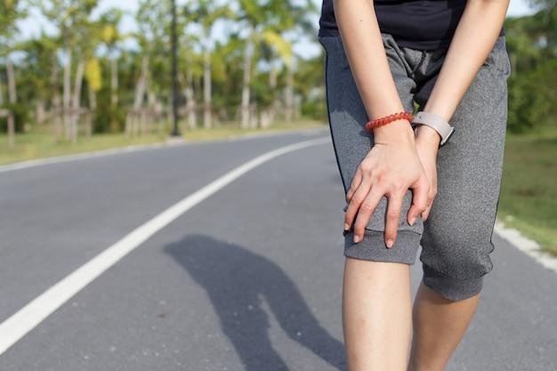 Sportfrau, die nach dem training unter schmerzen bei knieverletzungen leidet. verletzung durch trainingskonzept