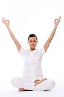 Sportfrau, die yogaübung macht