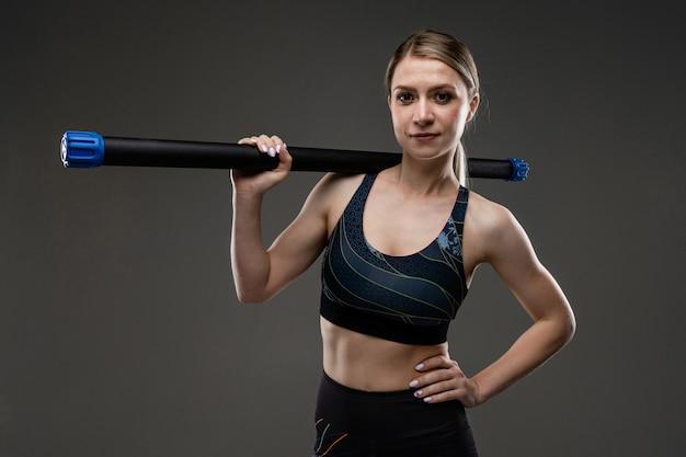 Sportfrau macht sport lokalisiert auf weißem hintergrund