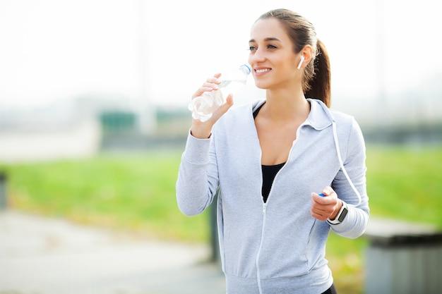 Sportfrau nach sport übt in der städtischen umwelt aus.