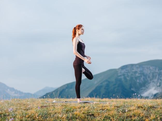 Sportfrau übung yoga meditation berge frische luft