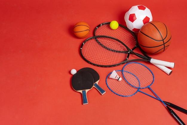 Sportgeräte flach zu legen. vielzahl von schlägern und bällen
